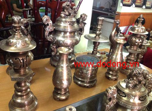 Sản phẩm đỉnh đồng khảm vàng gồm: đỉnh,hạc.nến,lọ hoa,ống nhang,mâm quả, đôi đèn,bát hương,ngai chén