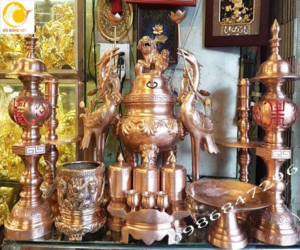 Bộ đồ thờ cúng chế tác từ đồng đỏ bằng phương pháp đúc liền khối