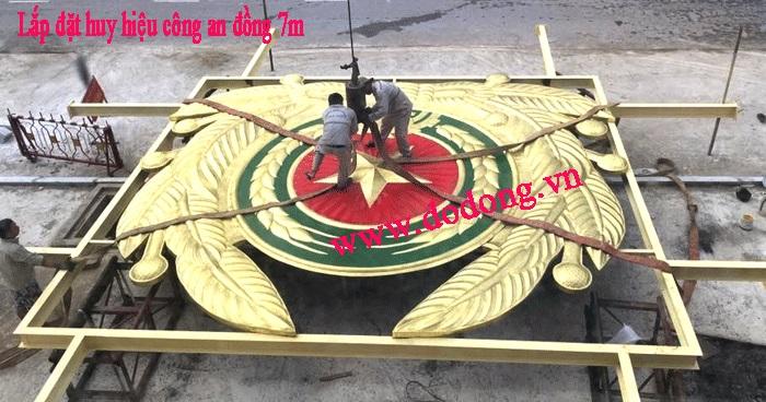 Quá trình lắp đặt logo công an cỡ lớn cho các Tỉnh