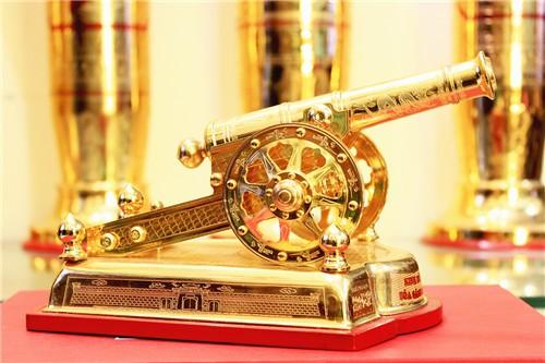 Súng thần công mạ vàng, quà để bàn pháo khắc tinh xảo0