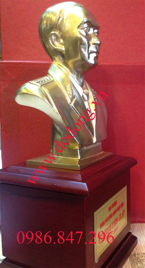 Chân dung đại tướng đúc nhỏ 17cm đồng vàng để bàn làm việc hoặc đồ sưu tầm,quà biếu tặng đẹp và ý nghĩa